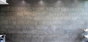 Die Gründung beruht auf der unbegrenzten Freiheit des menschlichen Geistes. Denn hier scheuen wir uns nicht, der Wahrheit auf allen Wegen zu folgen und selbst den Irrtum zu dulden, solange Vernunft ihn frei und unbehindert bekämpfen kann.    Text: Thomas Jefferson, 3. US-Präsident Fundort: Foyer der Amerika Gedenkbibliothek