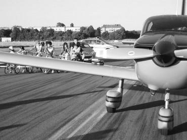 Landet ooch in Tempelhof – Sportmaschine muss im neuen Park notlanden